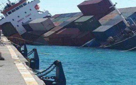 لحظه غرق شدن کشتی باری شباهنگ