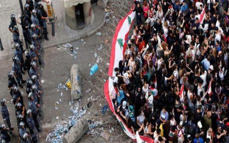 به مقل ازخبرگزاری رسمی لبنان «انانای» ، تعدادی از تظاهرات کنندگان در حال رفتن به میدان «ریاض الصلح» مقر نخستوزیر لبنان هستند و نیروهای امنیتی سیمهای خاردار در مسیرهای منتهی به کاخ نخستوزیری در این منطقه را بیشتر کردهاند.دیشب هم برخی از تظاهراتکنندگان در میدان چادر زدند و بر تصمیم خود برای ادامه اعتراض تأکید کردند