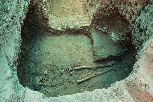 کشف اسکلت بانوی ۲۲۰۰ ساله اشکانی همراه کوزه سفالی در اصفهان