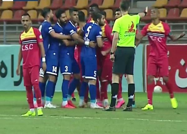 فاصله اجتماعی در زمین فوتبال؟! | اظهار نظر عجیب گزارشگر خوزستان!