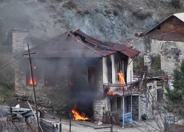 ارمنیهای قرهباغ خانههایشان را آتش زدند