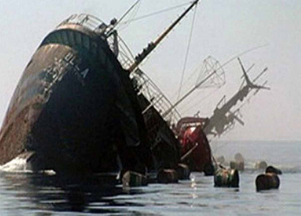 لحظه غرق شدن کشتی ایرانی در خورعبدالله + فیلم