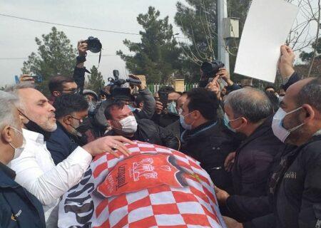 تشییع پیکر مرحوم مهرداد میناوند در حضور اهالی فوتبال و هواداران + فیلم