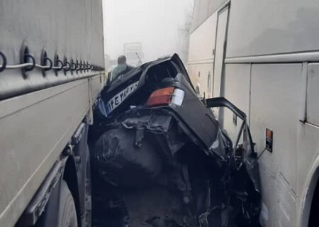 تصادف زنجیرهای در مرند؛ پژو بین کامیون و اتوبوس پرس شد