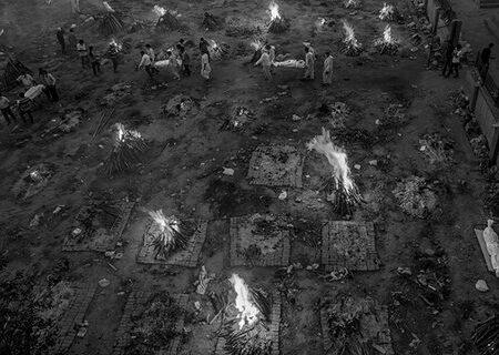 ویدیویی وحشتناک از سوزاندن اجساد بیماران کرونایی در هند