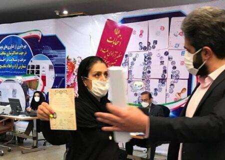 حضور زن موتورسوار در وزارت کشور برای ثبت نام در انتخابات ۱۴۰۰ + فیلم