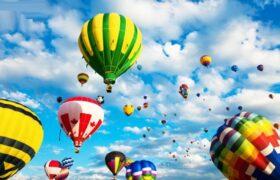 پرواز بالون ها در آسمان